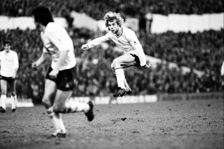 steve archibald, tottenham'ın 1980-81 fa cup'ın dördüncü turunda hull'ı 2-0 yenmesi sırasında uzaktan bir şut attı.