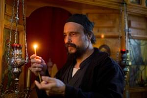 Ο πατέρας Ιουσίφ προσεύχεται μέσα στην εκκλησία του