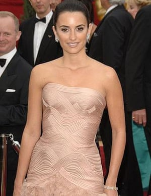 Penélope Cruz shows up in a curious dress, inspired by artex decoration of the late 1970s.