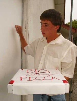 A pizza boy delivers food