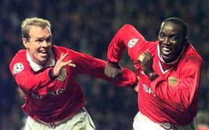 Henning Berg celebrates with Dwight Yorke