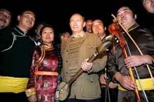 Putin stands with Tuva folk musicians