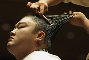A sumo wrestler gets his topknot done