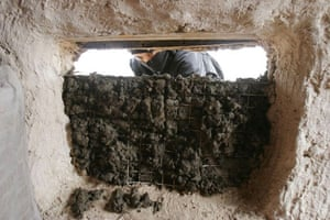 Iraqi woman carries out repairs to her house for the winter