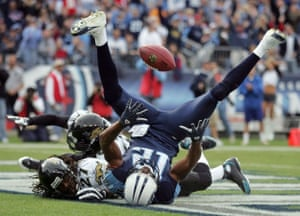 Justin Gage catches a final-quarter touchdown pass for the Tennessee Titans