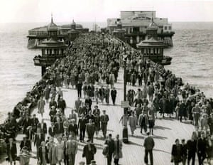 Blackpool, UK: Crowds in the North Pier