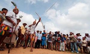 A Wayúu man shoots an arrow