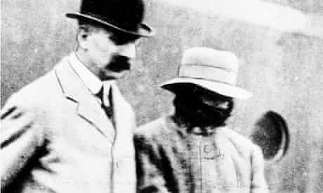 Dr Crippen (with scarf) and Inspector Dew
