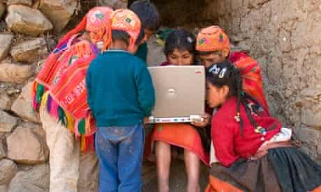 Peruvian children using a laptop in Ollantaytambo.
