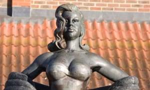Diana Dors sculpture in Swindon