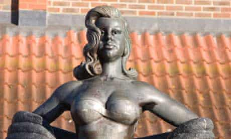Diana Dors sculpture in Swindon