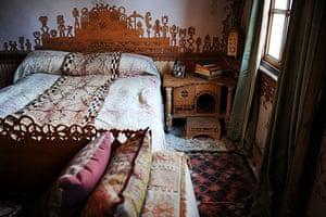 Gallery Khadambi Asalche's home: Khadambi Asalche's home: bedroom