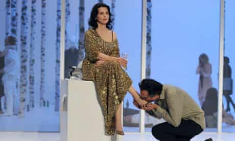 French actors Juliette Binoche (C) playi