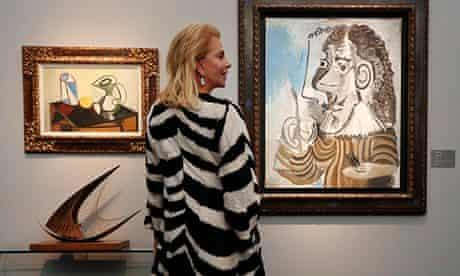 A woman enjoys Picasso's Le Peintre at Frieze Masters