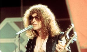 Ian Hunter on stage with Mott the Hoople
