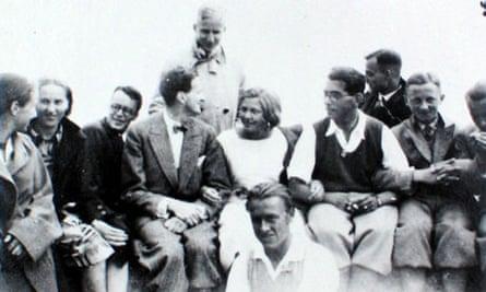 Nikolaus Pevsner (in bow-tie) with his students at Göttingen around 1930