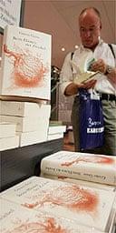 Reader looks at Gunter Grass's Peeling the Onion in a Berlin bookshop