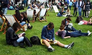 People reading at Hay Festival 2008