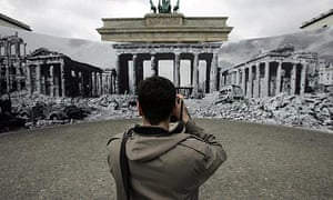Photographing a picture of a panoramic drawing of the destroyed Brandenburg Gate