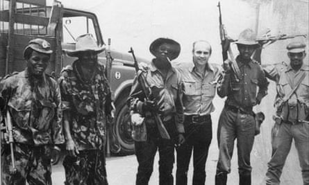 Ryszard Kapuscinski and soldiers in Angola, 1975
