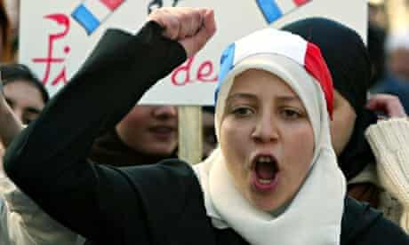 Intalnirea fetei musulmane in Fran a)
