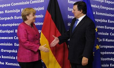 Angela Merkel and José Manuel Barroso shake hands