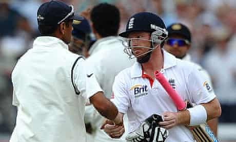 Ian Bell shakes hands with Rahul Dravid