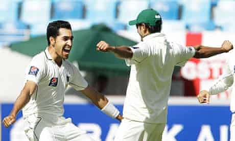 Pakistan's Umar Gul and Saeed Ajmal celebrates the wicket of England's Kevin Pietersen