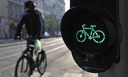 Bike Blog and Spectator : Cyclist by a green bicycle traffic light