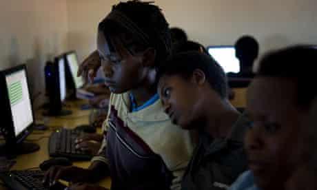 MDG : Broadband in Africa : students participate in computer class, Rwanda