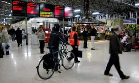 Bike blog on train : Cyclist pushing his bicycle across Marylebone station