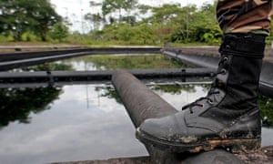 MDG : Governance and natural ressources : An Ecuadorean soldier guards a Petroecua