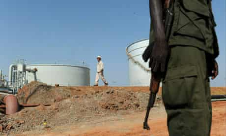 MDG : Southern Sudan referundum : Southern Sudanese soldier standing next to crude oil reservoir