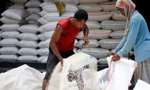 MDG: Food price : Indonesian workers load rice in to a sack at a market in Jakarta