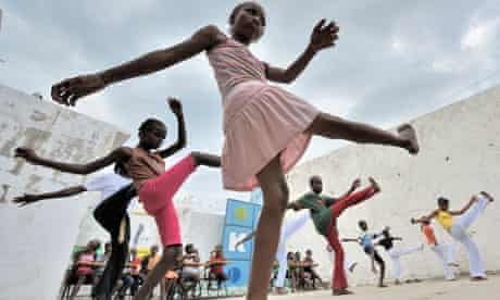 MDG : South to South Aid : Brazilian ONG in Haiti : Children practice capoeira