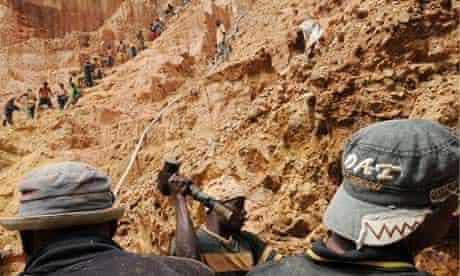 MDG : DRC mining : Men work in a gold mine near Bunia