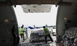MDG : UK Aid : Pakistani airport employees unload relief goods