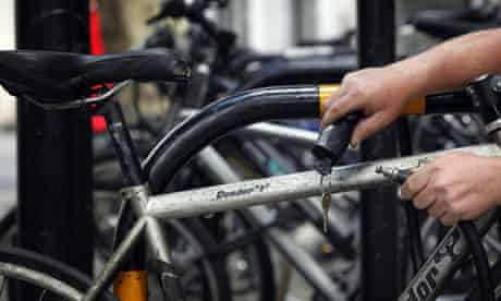 Bike blog: bike mugging : A courier padlocks his bike