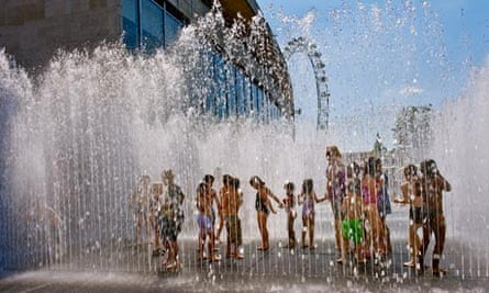Duncan climate change FAQ : Children play in the fountains on the South Bank, London