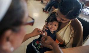 MDG : Vaccination : A nurse vaccinates a child in a health center in Managua