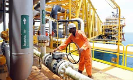 MDG : Wealth of Africa : A worker inspect facilities on oil drilling platform in the Niger Delta