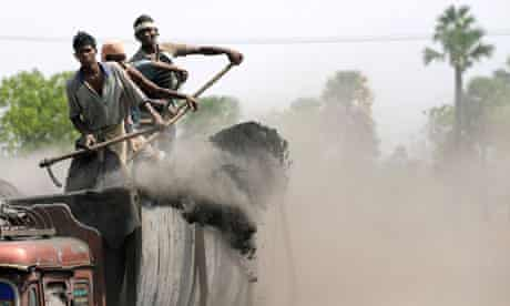Coal mining in the state Andhra Pradesh : Indian labourers unload coal powder in Hyderabad