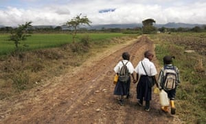 MDG : Education in Tanzania : students walk to school