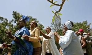 MDG : Nobel Peace prize winner Wangari Maathai dances during a press conference in Nairobi