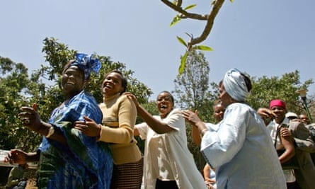 MDG : Nobel Peace prize winner Wangari Maathai dances during a press conference in Nairobi