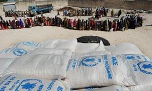 MDG : Famine in Somalia : WFP distribute food in IDP camp in Mogadishu