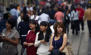 MDG : Mexican women in a crowded street of Mexico City
