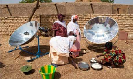 MDG : Women prepare food using solar cooker / stove in Mali