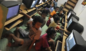 MDG : Digital divide and access to information : Indonesian children packing an Internet shop