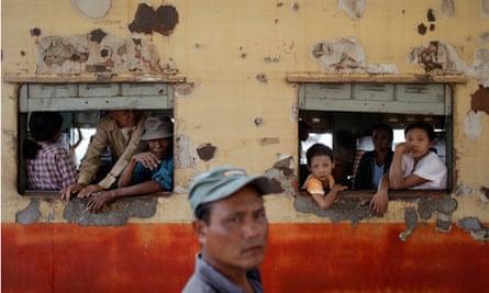 MDG : Myanmar alias Burma today : People traveling towards Yangon